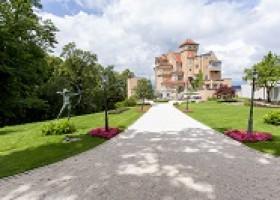 """Sommer in der Festspielstadt – Fünf Sterne Superior Luxus: Das Hotel Schloss Mönchstein und sein """"Pool mit Stadtblick"""""""