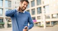 Körperhaltung: Schluss mit dem Smartphone-Nacken! / Apotheken Umschau gibt Tipps für die richtige Haltung beim mobilen Surfen (FOTO)