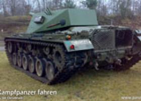 Touristen fahren M48 Panzer in Fürstenau